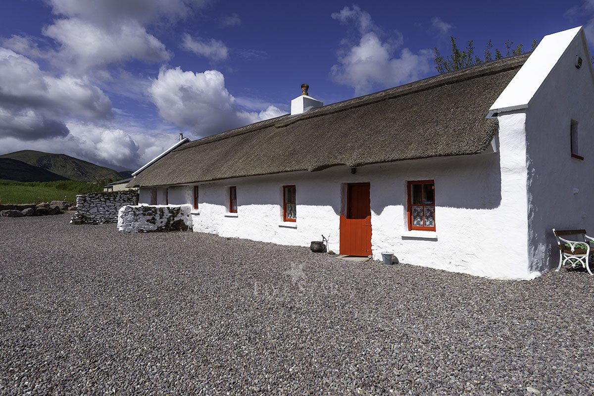 The Old House -  - A traditional thatch cottage steeped in histo photo 33